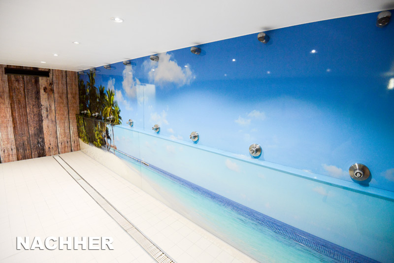 Aus den Duschen wurde nach der Renovierung im Monte Mare ein ganz besonderer Hingucker aus Palmenstrand, türkisblauem Wasser und blauem Himmel.